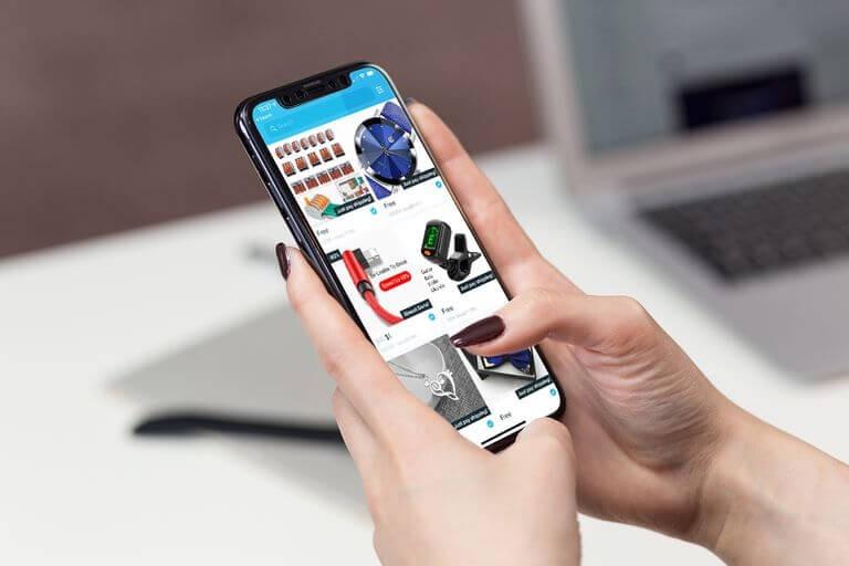 Đối với người mua Người mua khi cài đặt ứng dụng bán hàng sẽ giúp cho việc mua sắm trở nên dễ dàng hơn rất nhiều. Mua hàng ở bất cứ đâu: Chỉ cần sở hữu một chiếc điện thoại thông minh kết nối internet và một app bán hàng đã cài đặt, bạn có thể thoải mái mua hàng. Ngay cả khi đang ở nhà vẫn có thể mua được món hàng mà mình muốn. Mua hàng bất cứ lúc nào: Tương tự như vậy, mua hàng thông qua app bạn sẽ không phải lo lắng về việc giờ mở hay đóng cửa của cửa hàng. Bất cứ lúc nào cũng có hàng đặt sẵn để người mua lựa chọn. Giao hàng tận nơi: Các ứng dụng bán hàng hiện nay đặc biệt tiện ích vì có cả chức năng giao hàng tận nơi. Tuy theo người mua lựa chọn mà thời gian nhận được hàng có thể sớm hoặc muộn. Mua được hàng với giá tốt: Một vài các app bán hàng nổi tiếng hiện nay đã tích hợp chức năng gợi ý các sản phẩm cùng loại với nhiều mức giá khác nhau. Nhờ vậy mà người mua dễ dàng tìm được hàng với giá tốt nhất. Các app bán hàng nổi tiếng Tại Việt Nam hiện nay có rất nhiều app bán hàng khác nhau. Số người dùng app bán hàng cùng cực kỳ nhiều đặc biệt là ở tại các thành phố hơn. Có thể kể đến một vài app bán hàng hàng đầu như: Tiki Tiki với màu xanh nước biển đặc trưng có thể nói là một trong những app bán hàng nổi tiếng nhất hiện nay. Chỉ cần một thao tác tải app đơn giản người mua có thể tìm thấy hầu hết các mặt hàng khác nhau từ văn phòng phẩm, đồ gia dụng, thực phẩm… Đặc biệt với việc ra mắt chứng nhận của chính tiki đã giúp cho người mua thêm an tâm về các sản phẩm. Hàng có chứng nhận của tiki nếu gặp lỗi sẽ được đổi trả hợp lý. Ngoài ra, Tiki còn có chính sách giao hàng trong 2 giờ rất nhanh chóng. Lazada Nói về các app bán hàng nổi tiếng hiện nay không thể nào bỏ qua Lazada. Ứng dụng không quá nặng cho chiếc smartPhone của bạn nhưng lại chứa một kho hàng khổng lồ. Hầu như app này bán hầu hết những thứ tiêu dùng mà người mua muốn. Lazada được thiết kế với giao diện đẹp mắt, dễ nhìn và cách tìm kiếm hay mua hàng cùng rất dễ dàng. Shopee Dù ra đời muộn hơn nhưng Shopee đ